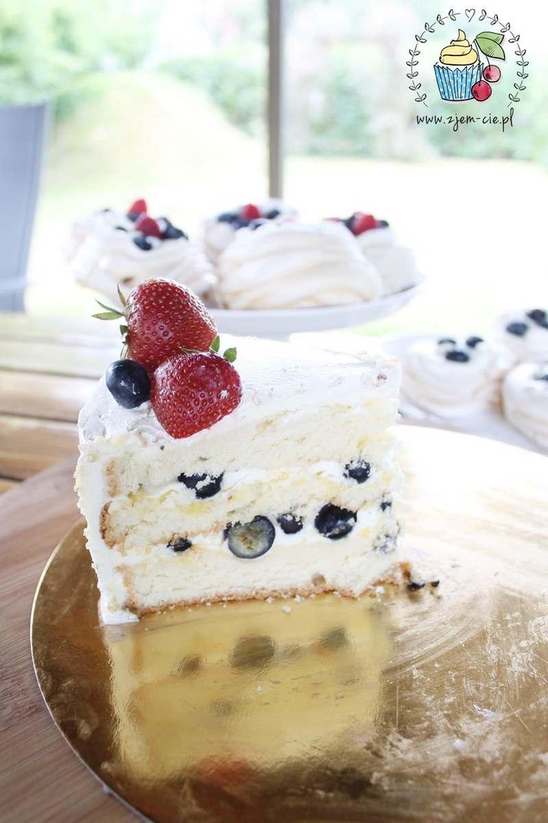 Tort z kremem maślanym na bezie
