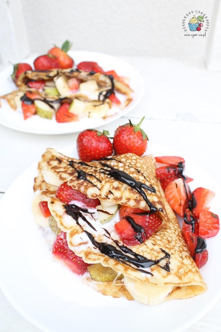 Naleśniki z owocami i jogurtem naturalnym